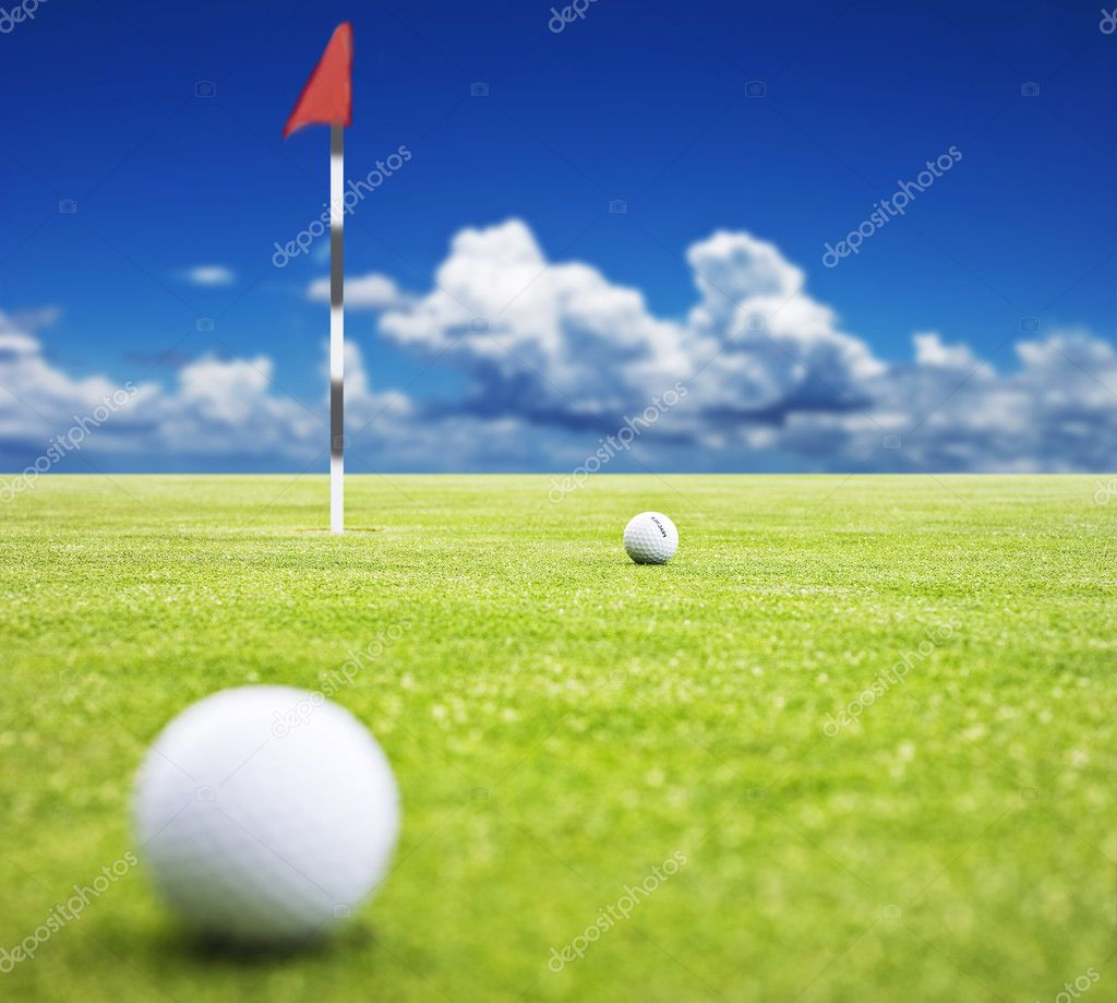 Golf ball on a putting green with  the flag in the background - very shallow depth of field — Stockfoto #10370173