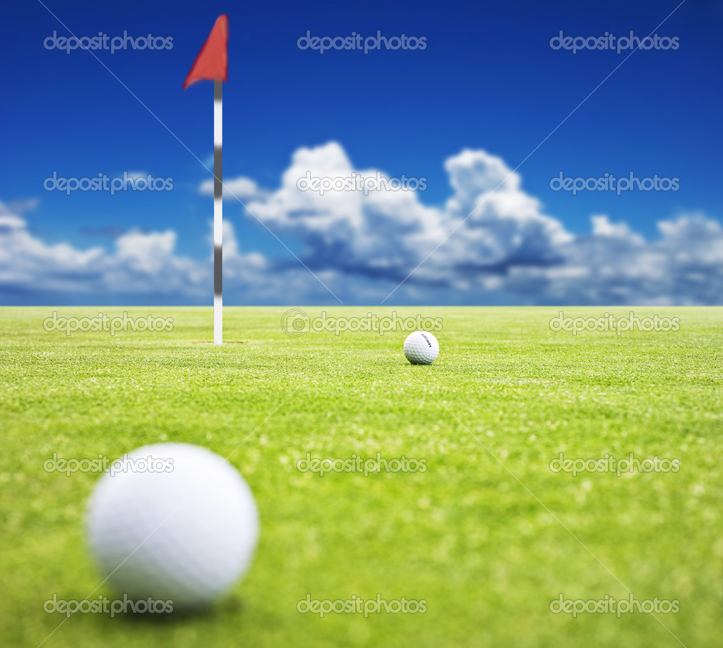 Golf ball on a putting green with  the flag in the background - very shallow depth of field — Stock fotografie #10370173