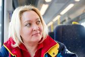 Glad kvinna i ett tåg — Stockfoto