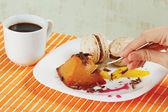 Tazza di caffè, amaretti, budino al caramello e mano con cucchiaio — Foto Stock