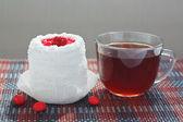 Filiżankę herbaty i krem ciasto z wiśniami na obrus bambusa — Zdjęcie stockowe