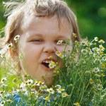 niño lindo con un ramo de margaritas — Foto de Stock