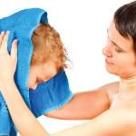 madre wipes testa a suo figlio dopo il bagno su uno sfondo bianco — Foto Stock