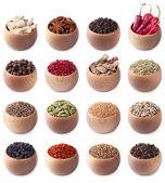 Conjunto de tigelas de madeira cheios de especiarias diferentes — Foto Stock