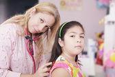 Pediatra esaminando la bambina con stetoscopio — Foto Stock