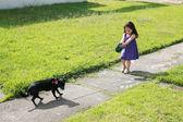Petite fille des ennuis avec son chien dans le parc — Photo