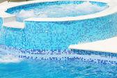 Piscina vuota con getto a cascata e vasca idromassaggio in azione — Foto Stock