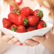 Hands with strawberry. — Foto Stock