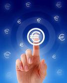 Euro düğmesine basarak elle. — Stok fotoğraf