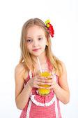 Портрет маленькой девочкой, пить апельсиновый сок — Стоковое фото