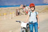 Flicka på cyklar — Stockfoto