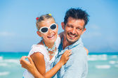 Padre e hija divirtiéndose en la playa — Foto de Stock