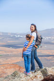 Mother and daughter standing on cliff's edge — ストック写真