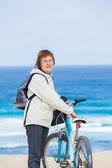 Une gentille dame senior, faire du vélo sur la plage. — Photo