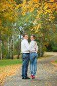 Romantische jonge mooie paar op herfst lopen — Stockfoto