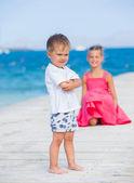 Erkek kardeşinle iskelede yürüyüş — Stok fotoğraf