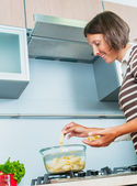 Porträtt av en flicka matlagning — Stockfoto