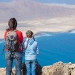 Mother and daughter standing on cliff's edge — Stock Photo