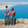 Sport couple standing on cliff's edge — Lizenzfreies Foto