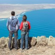 Sport couple standing on cliff's edge — ストック写真