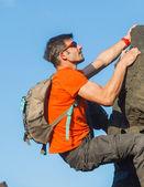 Jovem em copos com mochila de escalada — Foto Stock