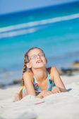 Bedårande flicka på stranden — Stockfoto