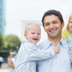 子供と都市公園を歩く男 — ストック写真