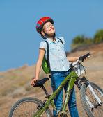 十几岁的女孩在一辆自行车和查找视图 — 图库照片
