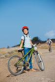 Nastolatka dziewczyny na rower i patrząc widok — Zdjęcie stockowe