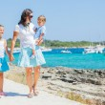 Family of three walking along tropical beach — Stock Photo #9420663