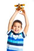 Schattige kleine jongen speelt met een vliegtuig speelgoed — Stockfoto