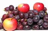 Three red apples and grapes — Stock Photo