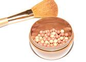 Bolas de rubor y un pincel de maquillaje — Foto de Stock