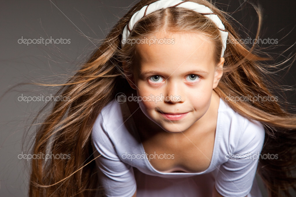 sch nes m dchen mit langen blonden haaren auf grau stockfoto 9307016. Black Bedroom Furniture Sets. Home Design Ideas