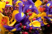 Bouquet with violet irises and yellow callas — Stock Photo