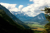 Bir dağın tepesinden apls görüntüleyin — Stok fotoğraf
