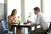 ζευγάρι απολαμβάνει ένα ρομαντικό δείπνο για δύο — Φωτογραφία Αρχείου