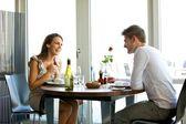 Genießen ein romantisches abendessen für zwei paar — Stockfoto