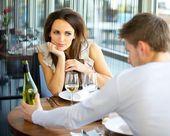 Frau verliebt auf romantisches date — Stockfoto
