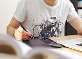 Człowiek za pomocą tablet graficzny — Zdjęcie stockowe