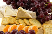 Closeup of grapes cheese and crackers — Stock Photo