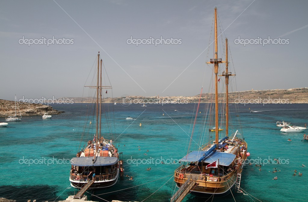Blue water of the Blue Lagoon in Comino, Malta — Stock Photo #9835053
