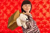 Portret młodej kobiety w ciąży z zakupów na czerwony backgrou — Zdjęcie stockowe