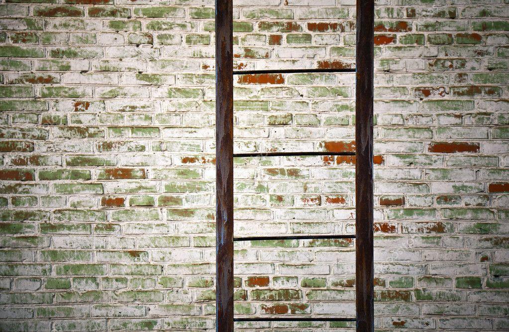 ancienne chelle m tallique avec mur de briques photographie eugenesergeev 10531270. Black Bedroom Furniture Sets. Home Design Ideas