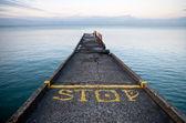 Pier perspektif sarı stop-line ve durmak etiketi — Stok fotoğraf