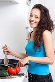 有吸引力的黑发烹饪 — 图库照片