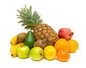 Bodegón de frutas frescas sobre fondo blanco — Foto de Stock