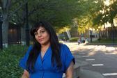 Vacker indisk flicka en park sent på eftermiddagen — Stockfoto