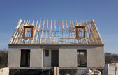 Dům ve výstavbě a střešní konstrukce ze dřeva — Stock fotografie