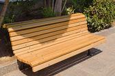 желтый парк скамейка — Стоковое фото